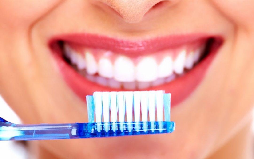 5 gestes beauté à faire avec une brosse à dents